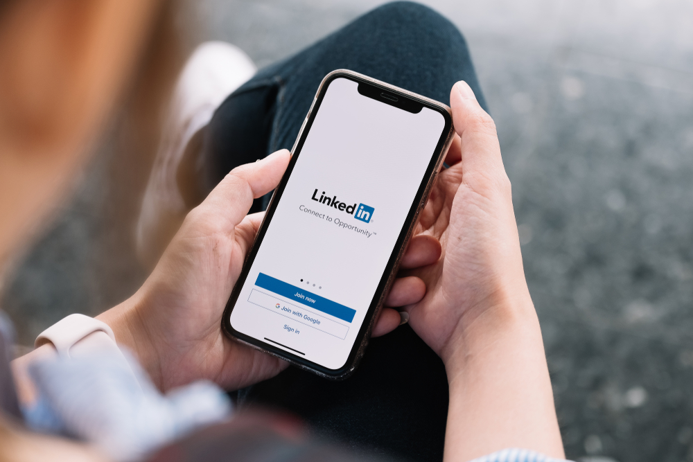 Shutterstock_1463650055 CHIANG MAI, THAILAND, JUL 27, 2019 : A women holds Apple iPhone Xs with LinkedIn application on the screen.LinkedIn is a photo-sharing app for smartphones.